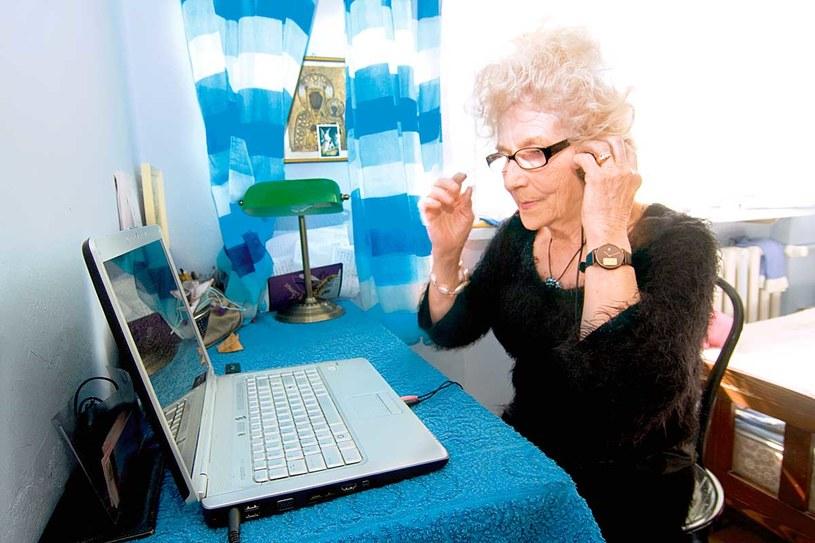 Dla pani Wirginii Internet nie ma żadnych tajemnic. Dzięki niemu ma dostęp do najświeższych hitów  /Konrad Piskuła /Rewia