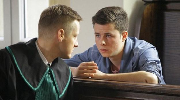 Dla Piotrka sprawa Łukasza jest najważniejsza w jego karierze prawniczej. Stresuje go też świadomość, że los krewnego jest w jego rękach. /MTL Maxfilm