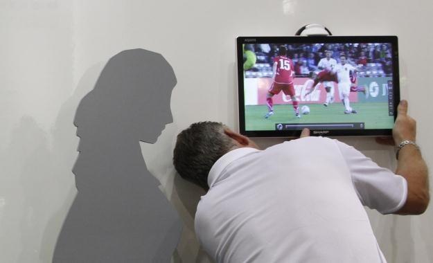 Dla Polaków przede wszystkim liczy się cena telewizora /AFP