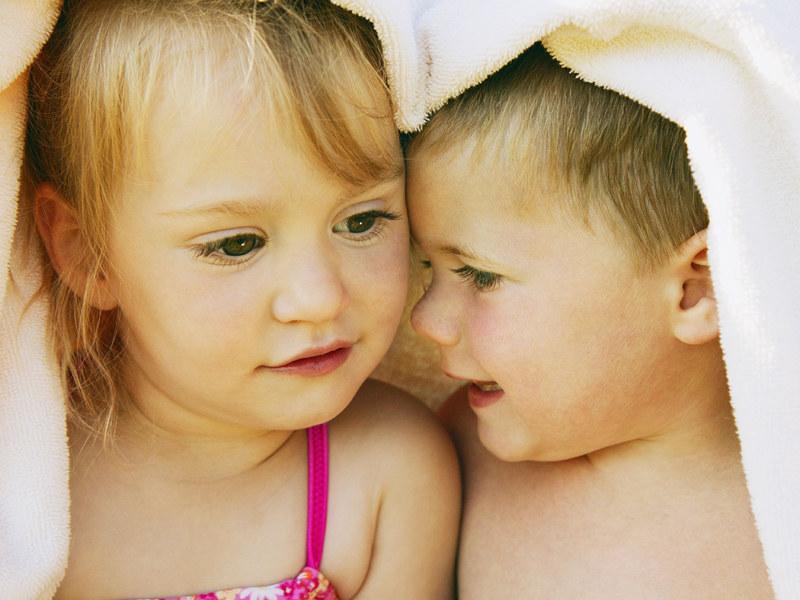 Dla straszaka posiadanie młodszego rodzeństwa to nauka współżycia z innymi  /ThetaXstock