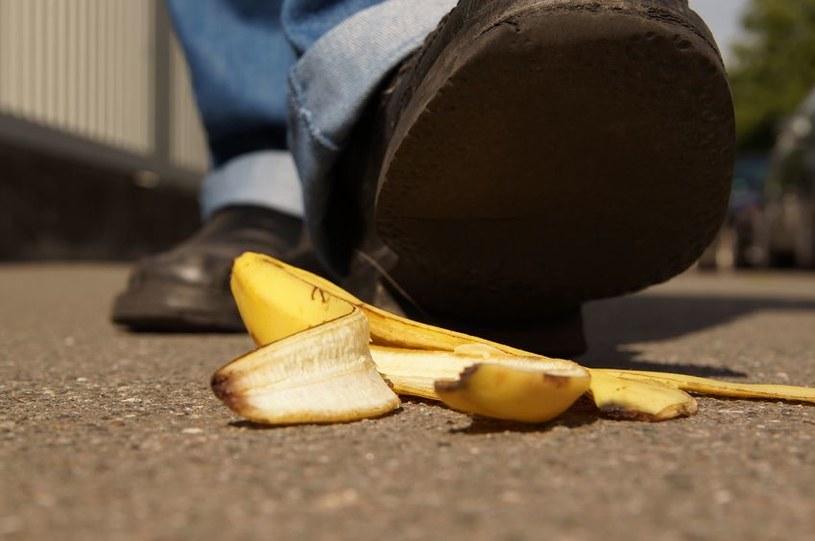 Dlaczego ciągle przewracamy się na skórce od banana? Niektórzy już to wiedzą /123RF/PICSEL