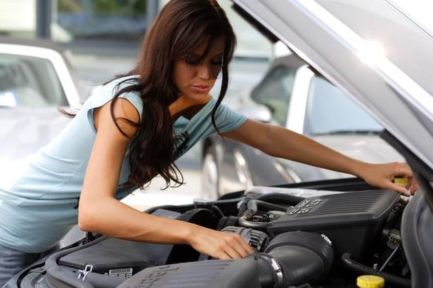Dlaczego kobiety same nie zajmują się samochodami? /Manfred Baumann /East News
