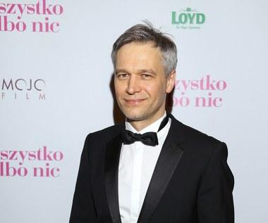 Dlaczego Michał Żebrowski chodzi po ulicy w śpiochach?