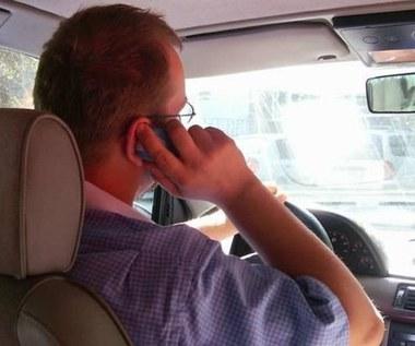 Dlaczego nie da się prowadzić (bezpiecznie) i rozmawiać?