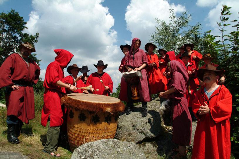 """Długa czerwona szata, kapelusz z szerokim rondem i broda to typowy waloński """"look"""" /Zenon Zyburtowicz /East News"""