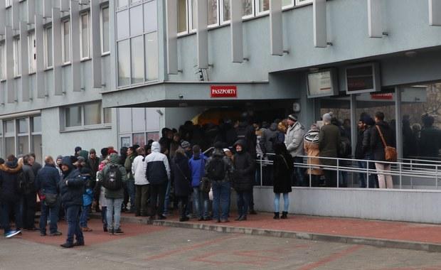 """Długa kolejka cudzoziemców przed krakowskim urzędem. """"Nie ma porządku"""""""