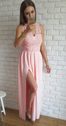 Długa pudrowo - różowa suknia z gipiurą