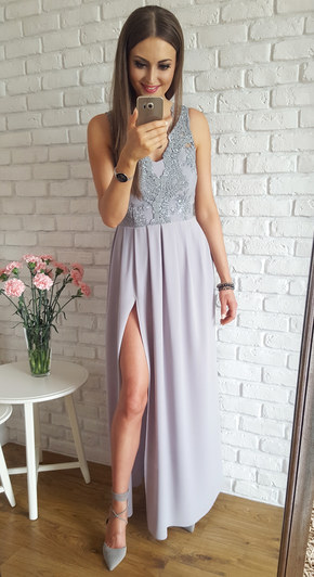 Długa szara suknia z gipiurą