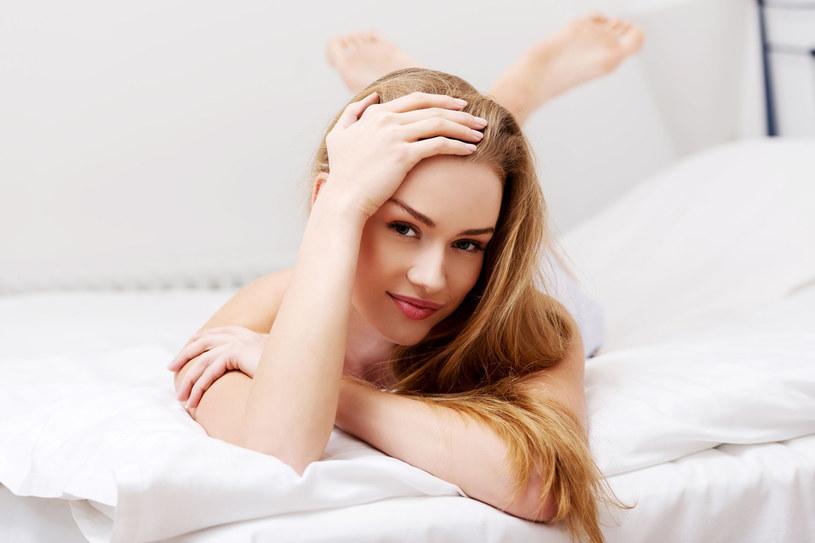 Długi sen i częsty odpoczynek potrafią więcej niż najdroższe kremy przeciwzmarszczkowe /©123RF/PICSEL