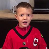 Długi sznurek i kij do hokeja. Ten chłopiec znalazł oryginalny sposób na pozbycie się mleczaka!