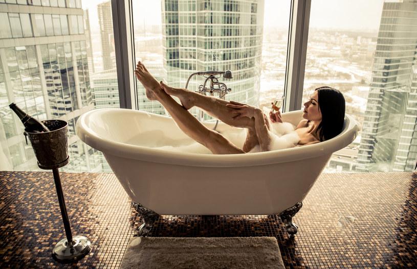 Długie kąpiele w wannie mogą wywoływać podrażnienia miejsc intymnych. Lepiej myj się pod prysznicem /©123RF/PICSEL