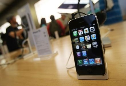 Długo oczekiwany, długo egzaltowany, długo krytykowany. iPhone. /AFP