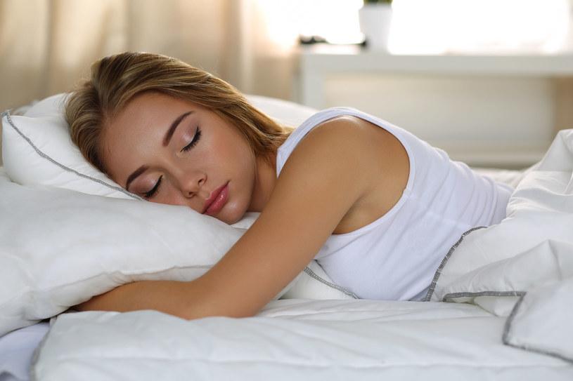 Długość snu powinna trwać minimum 7 godzin /123RF/PICSEL
