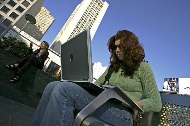 Długotrwałe korzystanie z laptopa umieszczonego np. na kolanach może powodować oparzenia /AFP