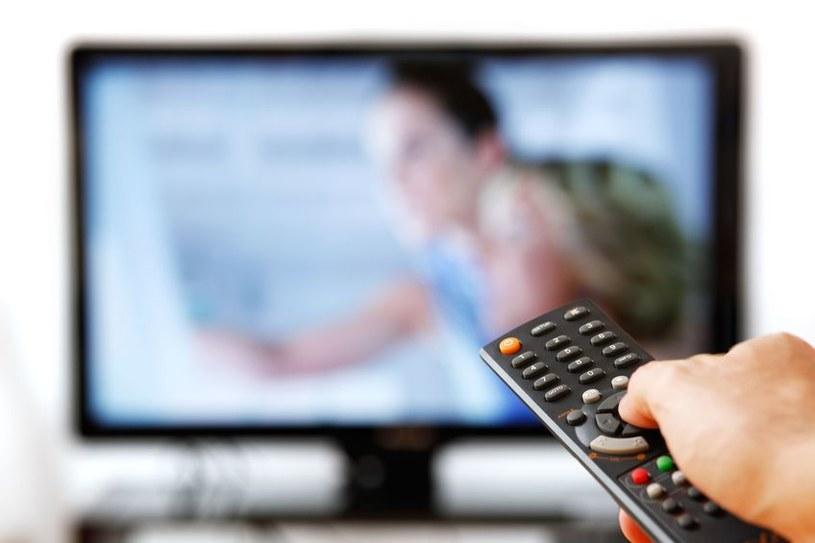 Długotrwałe oglądanie telewizji jest szkodliwe /123RF/PICSEL