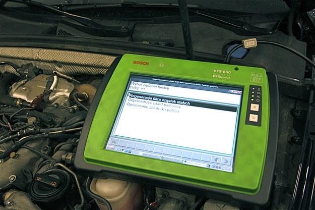 Do aktywacji procedury i monitorowania jej przebiegu służy urządzenie diagnostyczne. /Motor