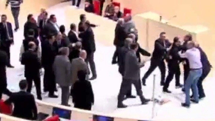 Do bójki doszło w gruzińskim parlamencie. /TVN24/x-news