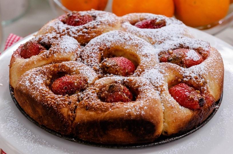 Do ciasta możesz też dodać inne sezonowe owoce, np. śliwki /East News
