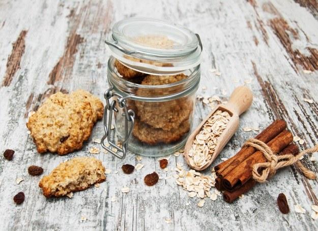Do ciasteczek możesz również dodać ulubione bakalie /©123RF/PICSEL