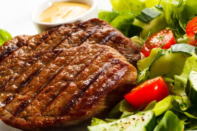 Do dań z grilla koniecznie dodaj surówkę lub sałatę /©123RF/PICSEL