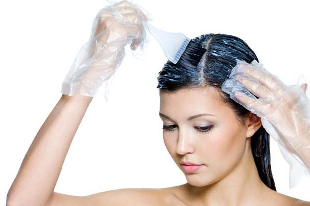 Do długich włosów warto kupić dwa opakowania kosmetyku. Unikniesz niespodzianek w czasie zabiegu /©123RF/PICSEL