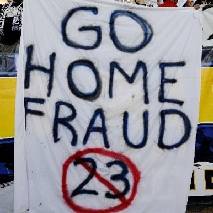 """""""Do domu oszuście!"""" - głosił jeden z transparentów """"witających"""" Beckhama /AFP"""