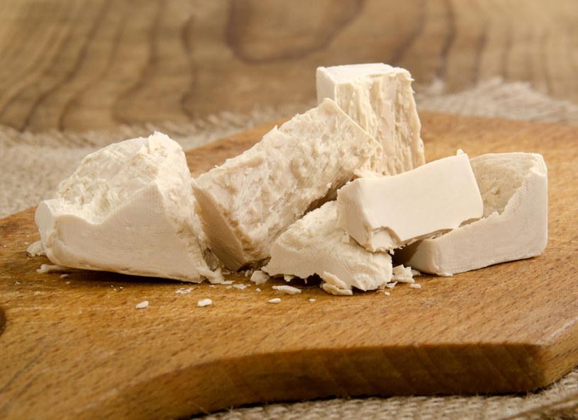 Do drożdży dodaj miód i mleko i maseczka gotowa /123RF/PICSEL