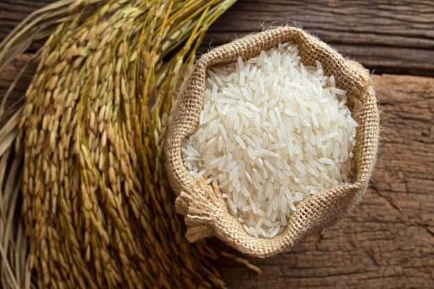 Do gotującego się ryżu dobrze jest dodać odrobinę masła. /123/RF PICSEL