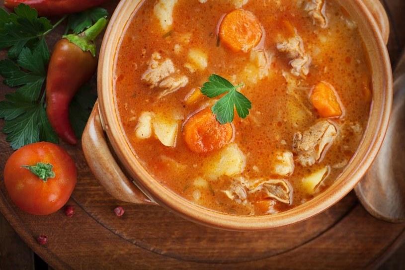 Do gulaszu możesz dodać pieczarki, marchew a nawet ziemniaki /©123RF/PICSEL