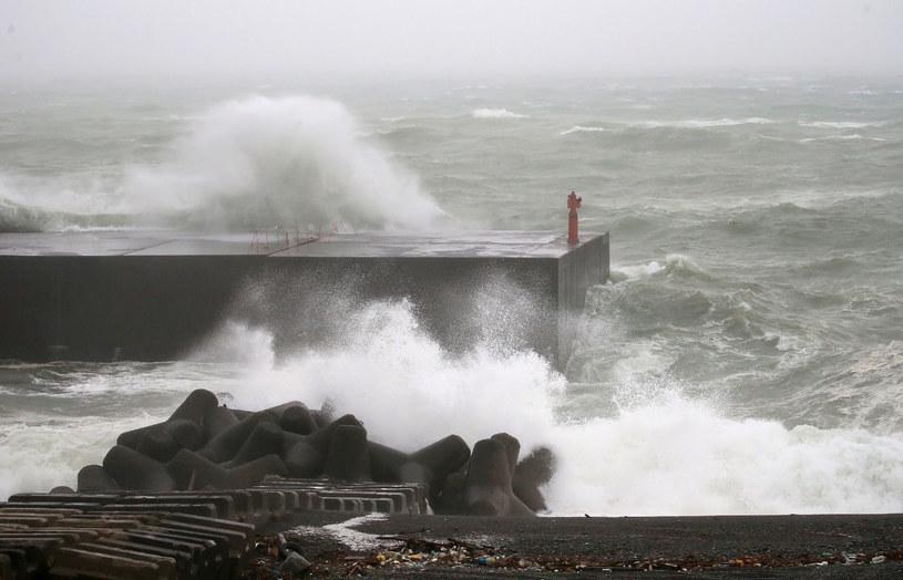 Do Japonii zbliża się tajfun /STR / JIJI PRESS /AFP