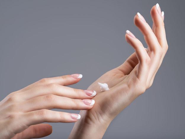 Do kremu do rąk warto dodać jedną kapsułkę witaminy D /123/RF PICSEL