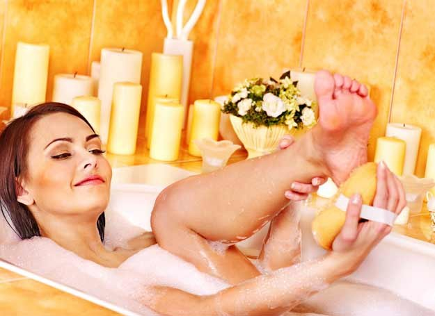 Do mycia ciała sprawdzi się żel lub mydło z dodatkiem substancji nawilżających /©123RF/PICSEL