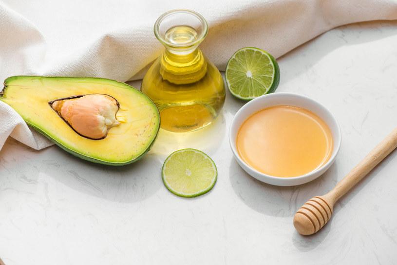 Do naturalnej maseczki można dodać miód, awokado lub olejek arganowy, które znakomicie odżywiają włosy /123RF/PICSEL