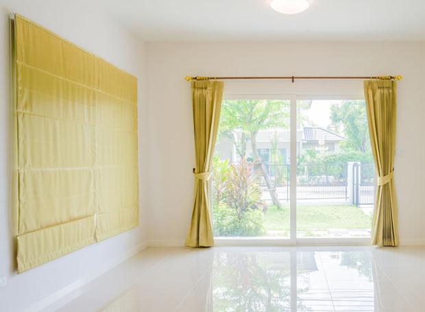 Do osłony okna balkonowego dobre są tradycyjne markizy. /Picsel /©123RF/PICSEL