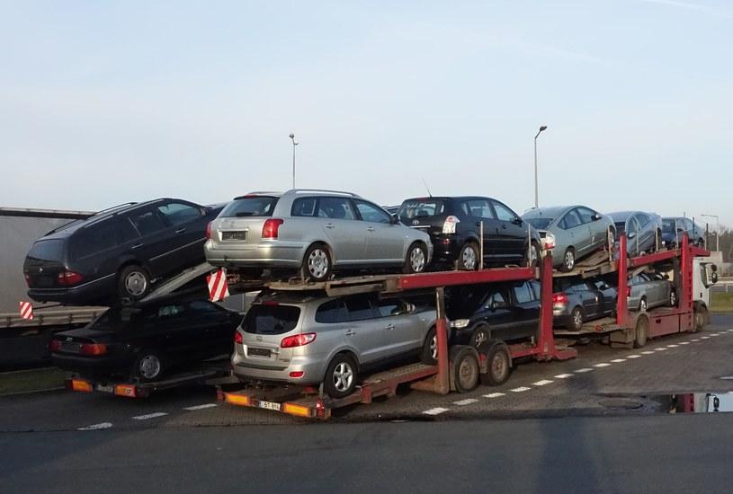 Do Polski wciąż jadą głównie stare samochody /Wojtek Laski /East News