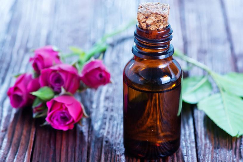 Do pourlopowej pielęgnacji stosuj regularnie naturalne olejki  - szybko i skutecznie odżywią zmęczoną słońcem i upałem cerę /©123RF/PICSEL