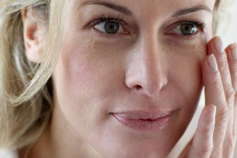 Do przyglądania się zmianom na twarzy najlepiej przystąpić z samego rana /©123RF/PICSEL