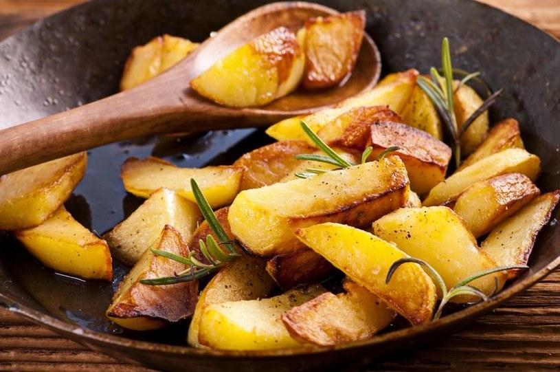 Do smażonych ziemniaczków możesz dodać dowolne składniki: cebulkę, paprykę, pieczarki, kiełbasę albo wędzony ser. Pyszne są tez solo z ziołami /©123RF/PICSEL