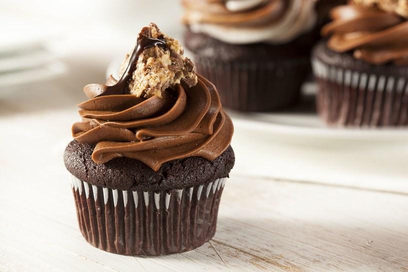 Do surowego jeszcze ciasta warto dodać kawałki czekolady /123RF/PICSEL