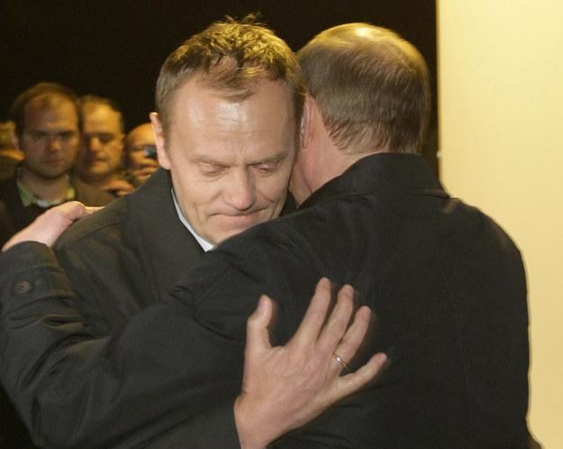 Do tej pory znaliśmy takie zdjęcia ze spotkania Tuska z Putinem w Smoleńsku /AFP