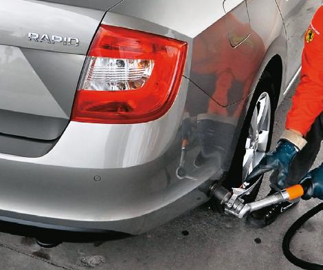 Do toroidalnego zbiornika można nalać ok. 40 l gazu. Auto zużywa średnio 9 l LPG /100 km. /Motor