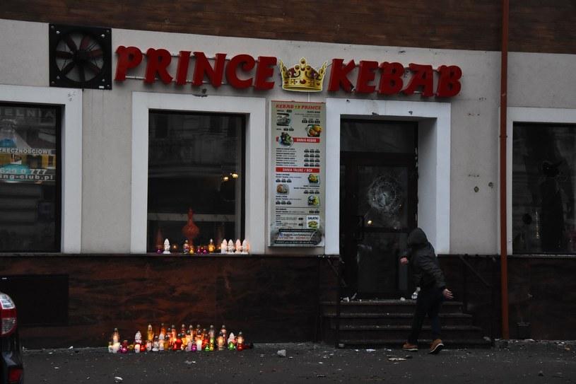 Do tragedii doszło w noc sylwestrową, gdy z lokalu wybiegł młody mężczyzna, zabierając stamtąd dwie butelki napojów. /- /East News