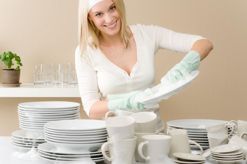 Do umycia parti talerzy wystarczy dosłownie 3-4 kropel płynu do naczyń /©123RF/PICSEL