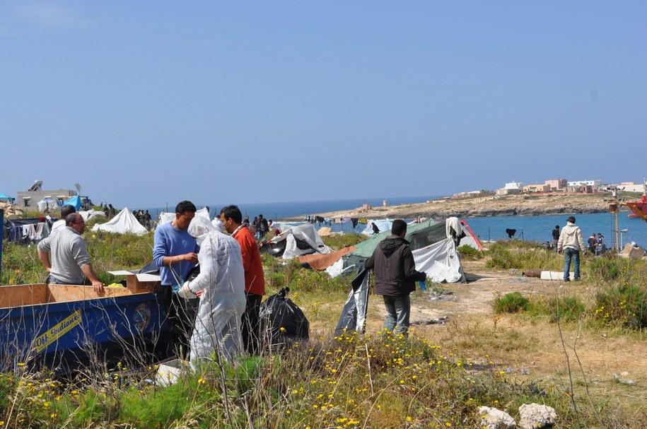 Do Włoch każdego miesiąca przybywają tysiące nielegalnych imigrantów /ANSA/REGIONE SICILIA    /PAP/EPA
