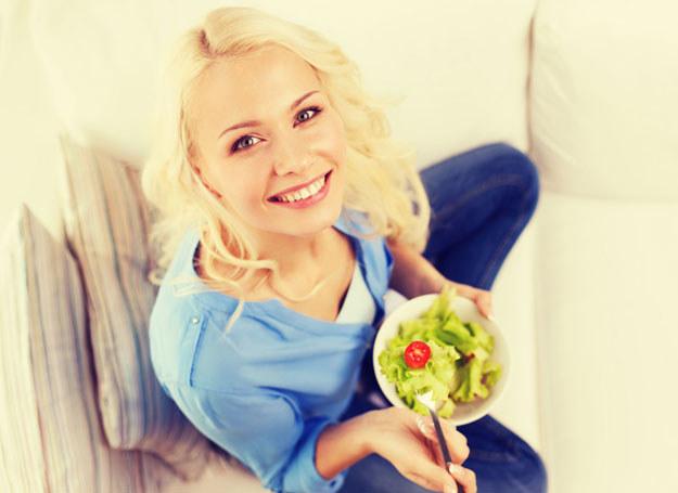 Do zdrowej sałatki dodaj rzeżuchę i czosnek /©123RF/PICSEL