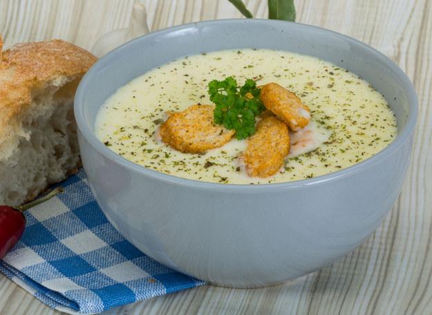 Do zupy możesz dodać kostki sera topionego /123RF/PICSEL
