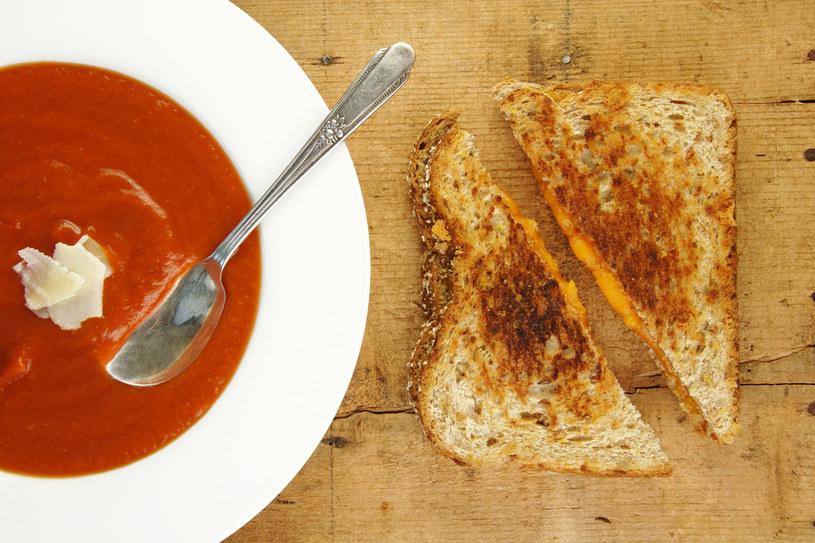 Do zupy możesz dodac odrobinę parmezanu /©123RF/PICSEL