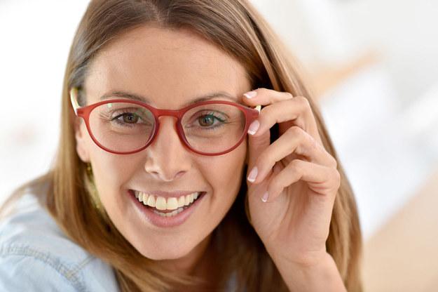 Dobór odpowiedniego koloru okularów to jeden z wielu czynników, który decyduje o tym czy będziemy w nich dobrze wyglądać /©123RF/PICSEL