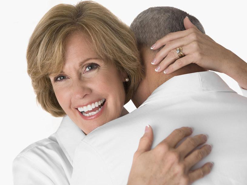 Dobra relacja z mężem jest ważnym i pomocnym wsparciem dla kobiety, która zmaga się z uciążliwościami menopauzy. /© Panthermedia