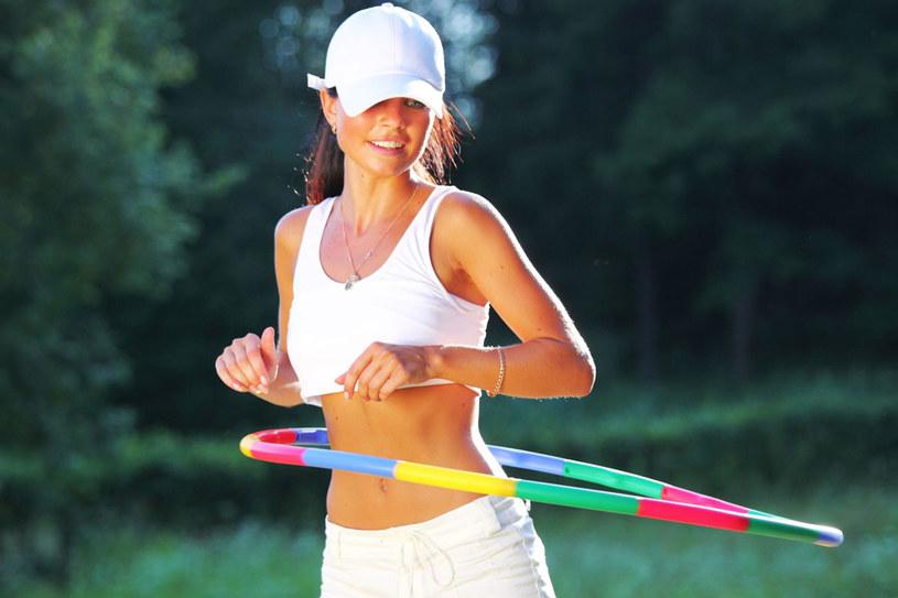 Dobre efekty daje kręcenie kołem hula-hoop - wysmukla talię. Jeśli lubisz tańczyć, to idealny będzie taniec brzucha - zalecany jest w każdym wieku! /123RF/PICSEL